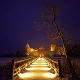 Castello dell'isola di Trakai nella notte in inverno. Fotografie Stock Libere da Diritti