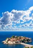 Castello della città dell'isola di Sveti Stefan fotografie stock libere da diritti