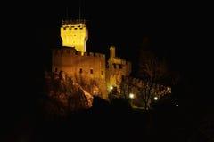 Castello della Guaita在晚上 库存照片
