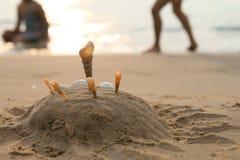 Castello della sabbia con le coperture immagini stock