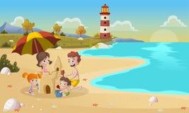 Castello della sabbia della costruzione della famiglia sulla bella spiaggia Fotografie Stock Libere da Diritti