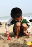 Castello della sabbia della costruzione del ragazzo Fotografie Stock Libere da Diritti