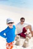 Castello della sabbia della costruzione della famiglia Fotografia Stock Libera da Diritti