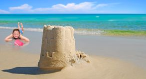 Castello della sabbia e della ragazza dal bello oceano Immagini Stock Libere da Diritti