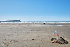 castello della sabbia e della rete da pesca immagine stock