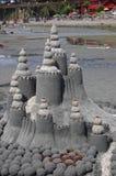 Castello della sabbia isolato sulla spiaggia fotografie stock libere da diritti
