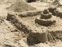 Castello della sabbia sulla costa di mare immagini stock