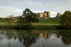 Castello di Alnwick ed il fiume Aln Fotografia Stock Libera da Diritti