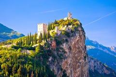Castello di Arco sull'alta vista della roccia Fotografie Stock