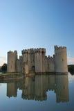 Castello di Bodiam con le riflessioni del fossato fotografie stock
