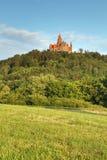 Castello di Bouzov nel paesaggio fotografia stock