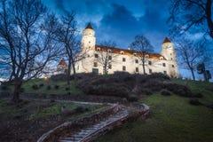 Castello di Bratislava alla notte Fotografia Stock