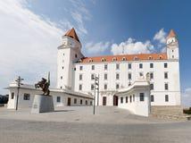 Castello di Bratislava con la statua di re Svatopluk Fotografie Stock