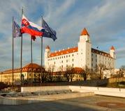Castello di Bratislava con le bandiere Fotografie Stock