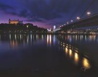 Castello di Bratislava ed il ponticello di SNU Fotografia Stock