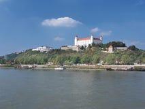 Castello di Bratislava sopra il Danubio Immagini Stock