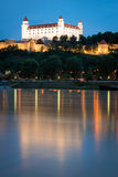 Castello di Bratislava sopra il Danubio al crepuscolo, la Slovacchia Fotografia Stock