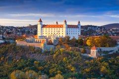 Castello di Bratislava sopra il Danubio al tramonto, Bratislava, Slovacchia Fotografie Stock Libere da Diritti