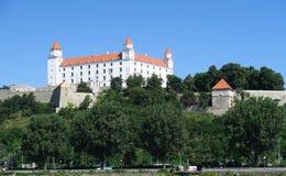 Castello di Bratislava sopra il Danubio in Slovacchia Fotografia Stock Libera da Diritti