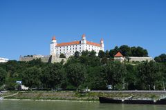Castello di Bratislava sopra il Danubio in Slovacchia Immagine Stock Libera da Diritti