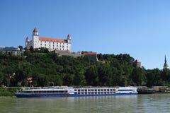 Castello di Bratislava sopra il Danubio in Slovacchia Immagine Stock