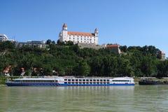 Castello di Bratislava sopra il Danubio in Slovacchia Immagini Stock Libere da Diritti