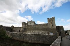Castello di Cahir e la sua grande parete in Irlanda Immagine Stock