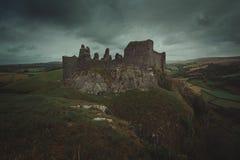 Castello di Carreg Cennen e cielo nuvoloso Fotografie Stock
