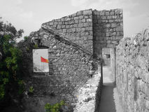 Castello di Cattaro con una bandiera rossa dietro Fotografia Stock