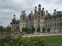 Castello di Chambord con i fiori fotografie stock libere da diritti