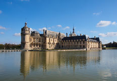 Castello di Chantilly - una vista dal lago, Francia fotografia stock libera da diritti