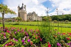 Castello di Chenonceau con il fforeground del giardino floreale di estate immagine stock