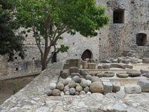 Castello di Chlemoutsi (castello Clermont) - palle di cannone in cortile - il Peloponneso immagini stock libere da diritti