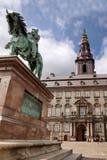 Castello di Christiansborg con la statua equestre Fotografia Stock Libera da Diritti
