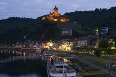 Castello di Cochem e fiume Mosella alla notte Fotografia Stock