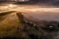 Castello di Corfe su una mattina nebbiosa in Dorset Fotografia Stock