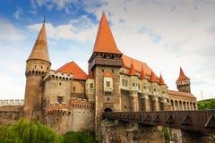 Castello di Corvinilor ed il ponte di legno fotografia stock libera da diritti