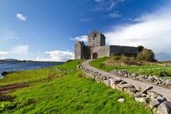 Castello di Dunguaire all'oceano Fotografie Stock Libere da Diritti