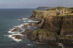 Castello di Dunluce da una distanza fotografia stock libera da diritti