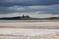 Castello di Dunstanburgh con i cieli tempestosi 1 Fotografie Stock