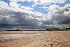 Castello di Dunstanburgh con i cieli tempestosi 2 immagini stock libere da diritti