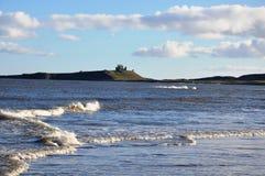 Castello di Dunstanburgh dalla baia di Embleton Immagine Stock