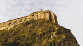 Castello di Edimburgo sopra la scogliera fotografie stock libere da diritti