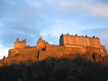 Castello di Edinburgh al crepuscolo Immagini Stock
