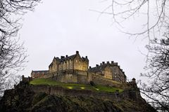Castello di Edinburgh al tramonto in inverno immagini stock