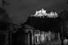 Castello di Edinburgh alla notte Immagini Stock Libere da Diritti