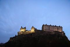 Castello di Edinburgh, Scozia, illuminata al crepuscolo immagini stock
