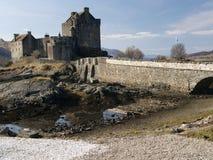 Castello di Eilean Donan (castello dell'abitante degli altipiani scozzesi) Immagini Stock Libere da Diritti
