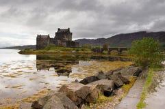 Castello di Eilean Donan con la riflessione Immagine Stock