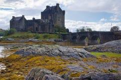 Castello di Eilean Donan dalle rocce Fotografia Stock Libera da Diritti